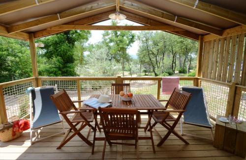 Cabane avec terrasse couverte