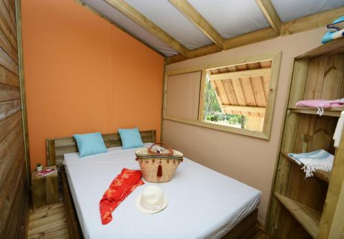 Chambre parentale de la cabane lodge