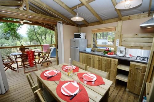 Salon spacieux avec cuisine équipée