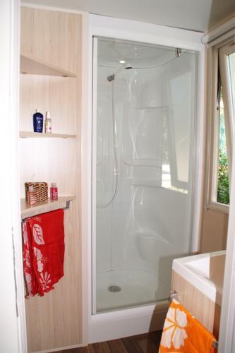 Salle d'eau du mobil home 4 personnes